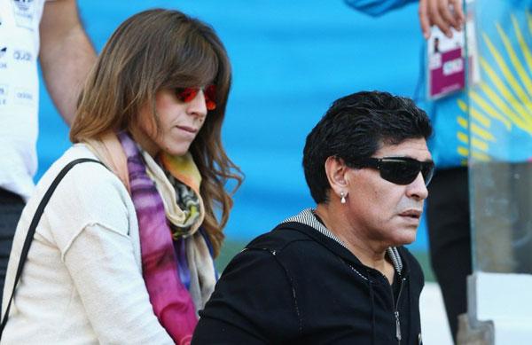 Hai bố con Maradona không xem hết trận đấu mà bỏ dở giữa chừng ra về, không kịp xem Messi ghi bàn thắng giúp Argentina giành thắng lợi đầy may mắn.