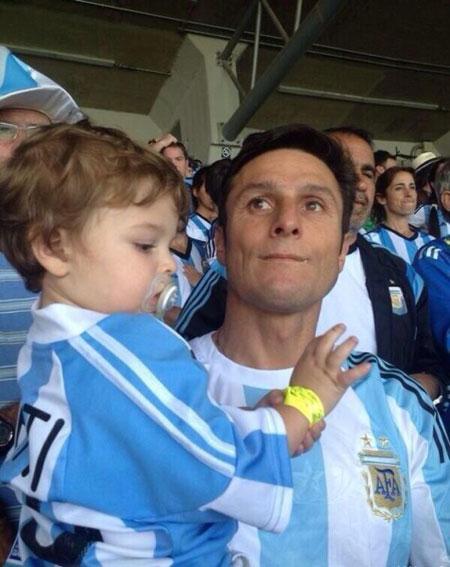 Cựu danh thủ Zanetti bế con nhỏ tới sân cổ vũ tuyển Argentina.