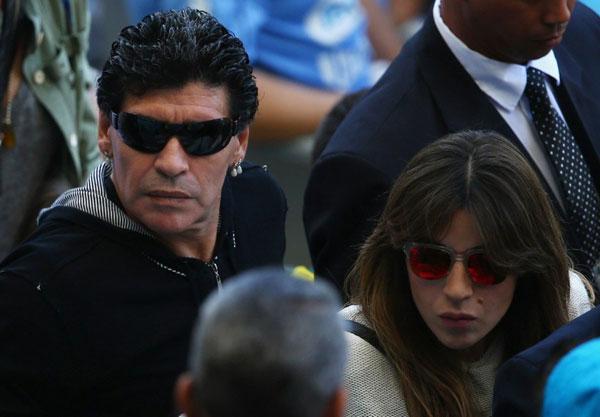 Maradona và cô con gái Giannina tới sân Mineirao cổ vũ tuyển Argentina trong trận gặp Iran tối qua.