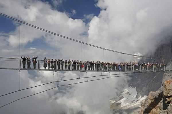 Có chiều dài 100 m nằm bắt qua dãy núi Apls ở độ cao 396 m, trong khu nghỉ mát Dachstein Glacier ở Áo