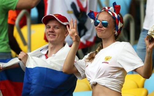 Bên phía Nga, một fan nữ cũng khiến các quý ông mê đắm khi khoe eo thon cùng những cử chỉ dễ thương trên khán đài.