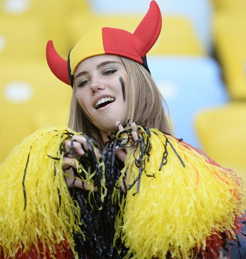 Thiếu nữ Bỉ thu hút ống kính với nhan sắc trẻ trung, xinh như thiên thần trên khán đài ở trận đấu với Nga .