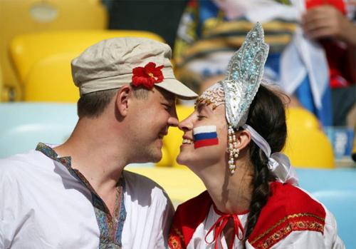 Một cặp đôi người Nga thể hiện tình cảm trước khi trận đấu bắt đầu.