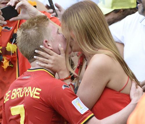 Tiền vệ Kevin De Bruyne của Bỉ chạy ngay ra khán đài nơi bạn gái tóc vàng đang đứng và dành cho nàng một nụ hôn say đắm sau chiến thắng. Với 6 điểm sau hai lượt trận Bỉ trở thành đại diện đầu tiên của bảng H lọt vào vòng đấu loại trực tiếp.