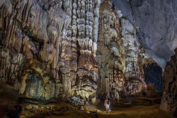 John Spies là một nhiếp ảnh gia người Astralia, sống tại Thái Lan từ năm 1977 và hiện đang quản lý nhà khách Cave Lodge ở đây.