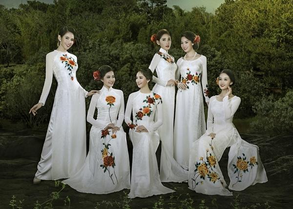 Áo dài Thuận Việt tỏa sắc trên đất Pháp