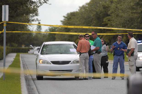 Cảnh sát khám nghiệm chiếc xe hơi và hai mảnh giấy được ông Thu để lại ở hiện trường sau khi tự thiêu.