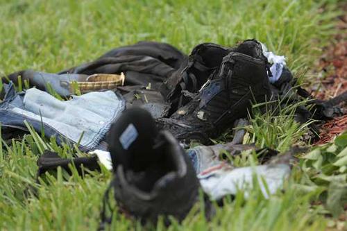 Áo quần và đồ đạc của ông Thu bị cháy tại hiện trường.
