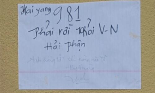 Một trong hai tờ giấy được tìm thấy tại hiện trường.