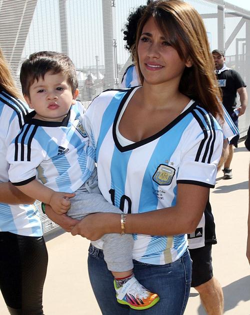 Chỉ vài giờ trước, bé Thiago và mẹ, Antonella, rất được quan tâm khi cùng nhau tới sân Mineirao cổ vũ Messi.