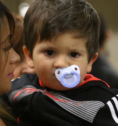 Sau khi thăm Messi, mẹ con Antonella ra sân bay trở về Argentina.