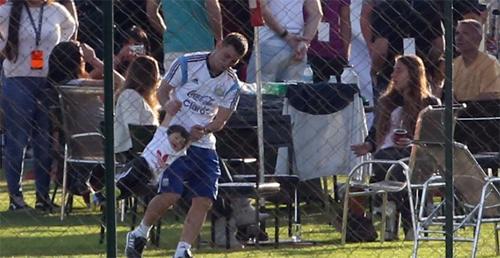 Messi vui mừng khi gặp lại con trai nên dành hết thời gian vui đùa với bé khi được xả trại.