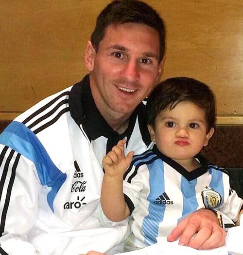 Messi cũng rất hân hoan khi được gặp cậu nhóc Thiago.