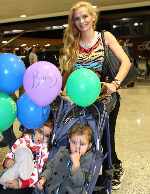 Eliana Guercio, vợ Sergio Ramo đưa hai con ra sân bay chuẩn bị trở về Argentina ngay sau chiến thắng.
