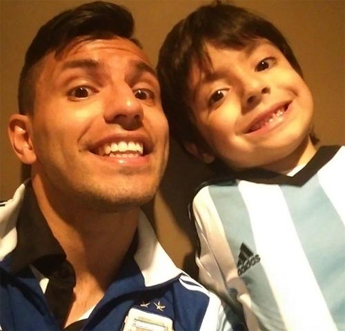 Sergio Aguero khoe ngay ảnh chụp chung với cậu con trai Benjamin sau khi được gặp con, thỏa nỗi