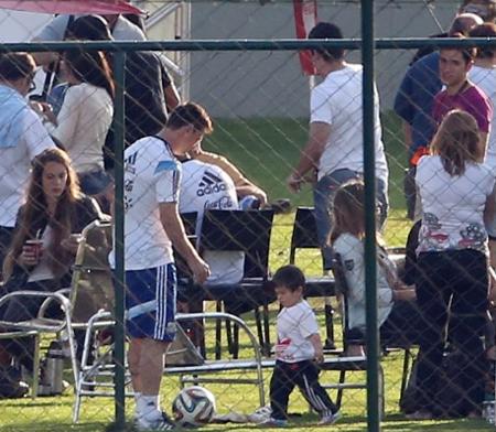 Ông bố trẻ cùng con đá bóng, hạnh phúc khi được Thiago đút thức ăn.