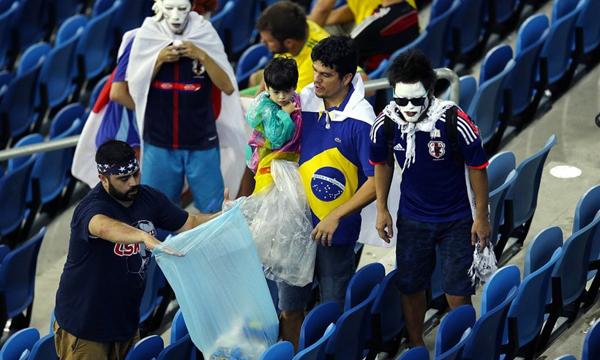 Các SVĐ sau mỗi trận đấu vẫn thường ngập rác nhưng sau hai trận đấu giữa Nhật - Bờ biển Ngà và Nhật - Hy Lạp, các sân lại sạch bóng giấy rác.