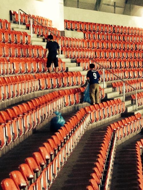 Hành động đẹp của các CĐV đội bóng châu Á lại gây ra một tranh cãi nho nhỏ