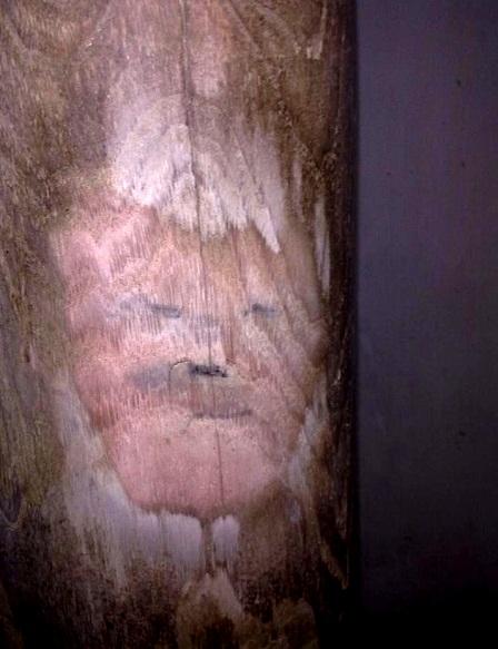 Nhiều chi tiết trên chiếc cột gỗ xoan được mọi người nghĩ tới khuôn mặt con người.