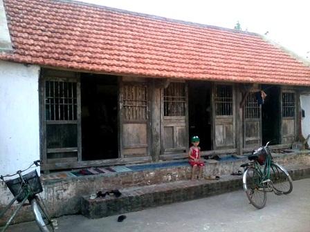 Ngôi nhà của gia đình ông Đương là tâm điểm bàn tán của người dân trong làng nhiều ngày qua bởi hiện tượng lạ.