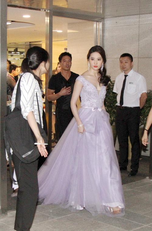 Lưu Diệc Phi diện váy xẻ ngực táo bạo