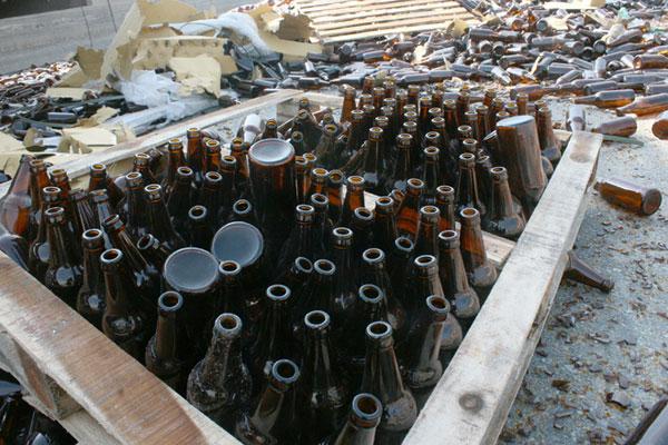 Mỗi một kệ nặng khoảng một tấn và có gần 10 tầng, mỗi tầng có khoảng 100 vỏ chai bia như thế này.
