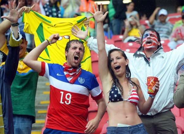 Fan nữ nhiệt tình hò hét cho các tuyển thủ thân yêu dù người ướt nhẹp.