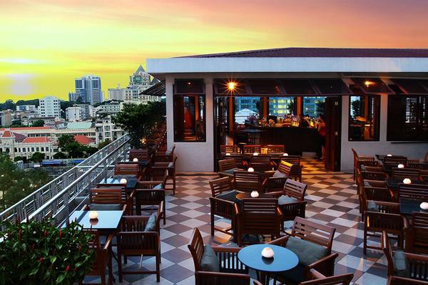 Nằm ngay bên hông Nhà hát lớn Thành Phố, quán cafe trên tần thượng của khách sạn Caravelle là địa điểm tuyệt đẹp để bạn nhâm nhi các loại thức uống ngon và ngắm nhìn Sài Gòn từ trên cao. Tầm nhìn toàn cảnh thành phố tráng lệ, đặc biệt là vào buổi tối khiến Bar Saigon Saigon trở thành điểm gặp gỡ thú vị và được nhiều người yêu thích. Bar phục vụ chương trình nhạc sống hàng đêm.Thêm một lý do nữa để đến Saigon Saigon thư giãn sau những giờ làm việc căng thẳng: Saigon Saigon Bar đang có chương trình khuyến mãi GIỜ VÀNG uống 2 tính tiền 1, từ 16:00  20:00 giờ mỗi ngày. Khi uống một ly rượu hoặc chai bia Tiger Draft, bạn sẽ được tặng miễn phí 1 ly cùng loại.