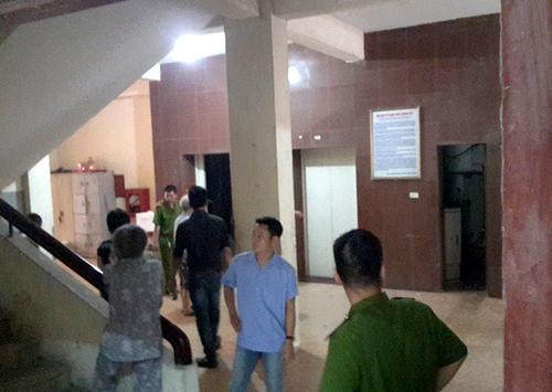 Công an bảo vệ hiện trường, nơi xác người bảo vệ kẹt trong thang máy.