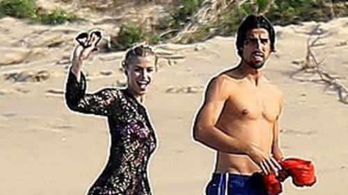 Khedira và người yêu siêu mẫu tình tứ, ngọt ngào trên bãi biển.