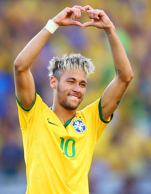 Neymar mắt đỏ hoe nhưng cười tươi khi làm dấu hiệu hình trái tim, gửi lên khán đài dành tặng bạn gái xinh đẹp Bruna Marquezine.