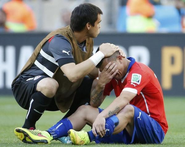 Tiền vệ phòng ngự Gary Mendel của Chilê òa khóc nức nở sau khi thua trận trên chấm phạt đền.