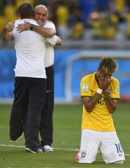 Ngoài Cesar, tuyển Brazil còn có một cầu thủ 'mít ướt' nữa là Neymar.