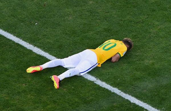 Neymar nằm úp mặt trên cỏ, khóc ngon lành, không ngại ngần bộc lộ cảm xúc