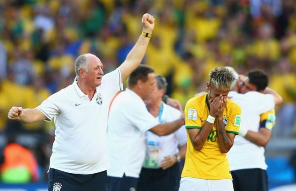 HLV Scolari vung tay mừng chiến thắng đầy phấn khích trong khi học trò cưng Neymar