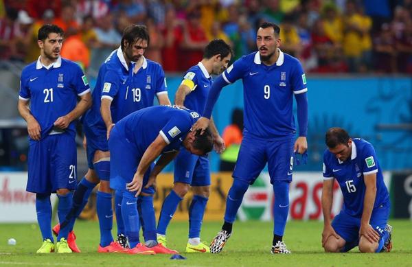 Hình ảnh buồn bã, thất vọng của các cầu thủ Hy Lạp sau khi để thua ở loạt penalty định mệnh.