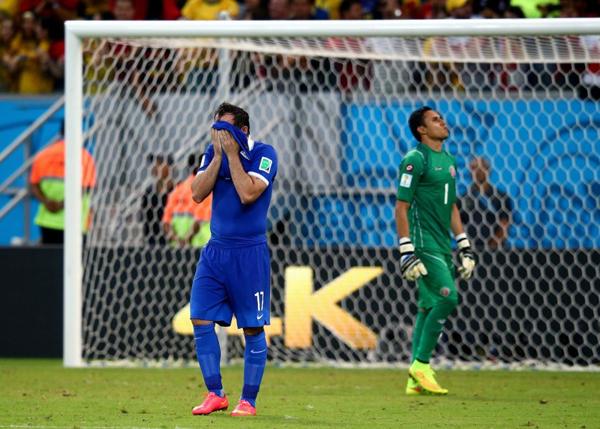 Gekas lấy áo che mặt sau khi sút hỏng quả phạt đền thứ 4 qua đó biếu vé vào tứ kết cho Costa Rica.