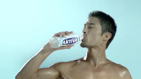Thói quen uống nước bù khoáng tiếp sức Aktiva có chứa nước khoáng thiên nhiên Vĩnh Hảo mỗi ngày giúp cơ thể Johnny Trí Nguyễn luôn trong trạng thái năng động.