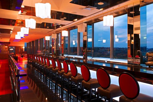 Nằm trên tầng thượng tòa nhà Hải Nam (Công trường Quốc tế, quận 3), Cloud 9 Lounge là một địa điểm lý tưởng với khu lounge theo phong cách alfreso trên lầu rất rộng và thoáng. Từ đây, cả một không gian Sài Gòn rộng mở ngay trước mắt thật sự là một lựa chọn hoàn hảo để ngồi nhâm nhi thức uống vừa ngắm cảnh hoàng hôn. Ngoài cà phê, menu Cloud 9 còn có nhiều món rượu quốc tế phong phú và các món cocktail sáng tạo. Thời gian mở cửa từ 18h đến 2h sáng hằng ngày.