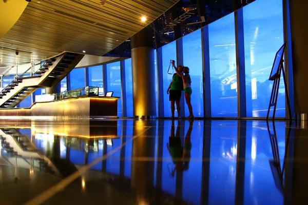 Chúng tôi đề nghị Sài Gòn Sky sàn trên tầng 49 của Iconic Bitexco Financial Tower và Chill Sky Bar vào ngày 27 thượng tầng của tòa nhà AB. Đây là những tòa nhà chọc trời phải ghé thăm để xem toàn bộ thành phố. Sài Gòn là một thành phố của ánh sáng vì vậy chúng tôi tư vấn để làm điều này vào ban đêm.   Tăng lên đến 180 mét, thang máy tốc độ cao, bạn có thể truy cập vào Sài Gòn Sky sàn sau khi nộp tiền vào cửa khoảng 10USD cho mỗi người. Youdon't cần phải vội vàng kể từ khi bạn có thời gian không giới hạn để xem xung quanh bầu trời boong và đọc về lịch sử của Sài Gòn bao gồm các bức tường. Có kính thiên văn miễn phí và một cửa hàng lưu niệm.
