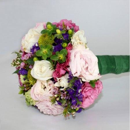 Sau khi có được kích thước và màu sắc ưng ý, cô dâu cắt bớt cành cho độ dài vừa đủ để cầm tay và quấn một lớp ruy băng lót dọc cành hoa.
