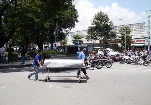 Thi thể ông Đôi được đưa qua nhà xác bệnh viện An Bình nằm đối diện hiện trường. Ảnh: Châu Thành