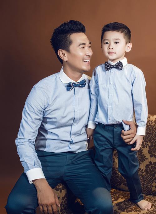 Bé Duy Anh - con trai của cự người mẫu Thân Thúy Hà xuất hiện bên diễn viên Quốc Cường trong vai trò người mẫu ảnh.