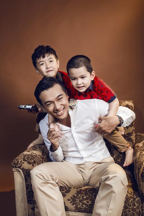 Với ý tưởng các ông bố trẻ vui đùa cùng con trai, bộ ảnh thời trang mang đến nét sống động và vui tươi.