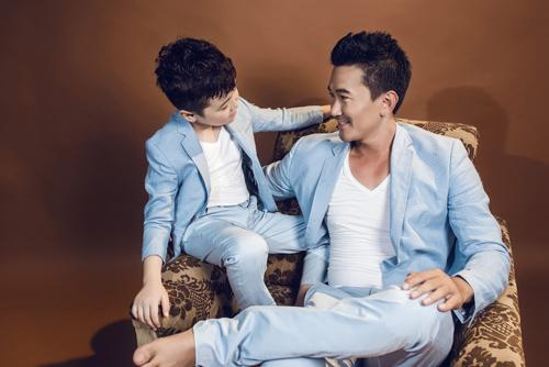 """Với cách chọn lựa những gam màu tươi trẻ, các bé trai sẽ không bị """"già trước tuổi"""" khi diện những bộ suit có sắc màu và kiểu dáng đồng điệu với trang phục của bố."""
