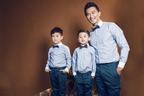 Bộ sưu tập giới thiệu những mẫu trang phục đồng điệu về chất liệu và màu sắc dành cho các ông bố và con trai.