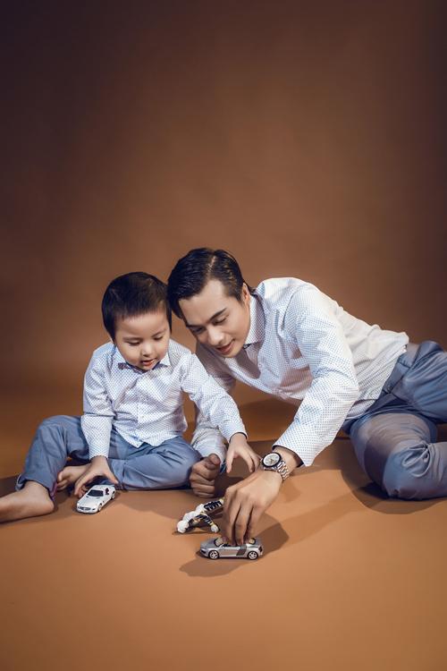 Trong bộ ảnh còn có sự góp mặt của người mẫu Hà Bình và cậu con trai Tùng Nam.