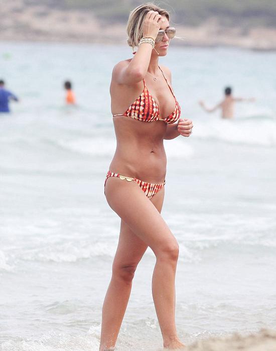 Bà xã Gerrard, Alex Curran, khoe thân hình cân đối, gợi cảm trên bãi biển.