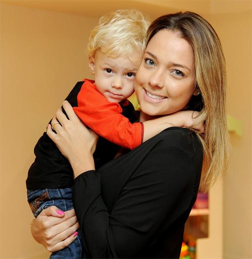 Carolina Dantas, người cũ của Neymar, bên cậu con trai đáng yêu.