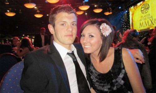 Tuyển thủ Anh và bạn gái Lauren Neal nối lại tình xưa sau khi người đẹp có con.